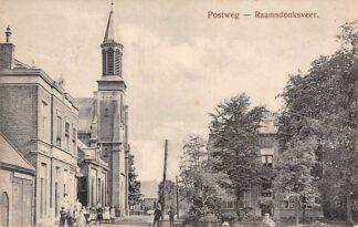 Ansichtkaart Raamsdonksveer Postweg met kerk en volk HC18
