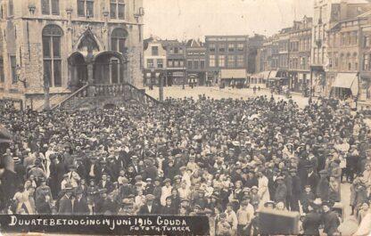 Ansichtkaart Gouda Fotokaart Tukker Duurtebetooging juni 1916 op de Markt Eerste Wereldoorlog WO1 HC105