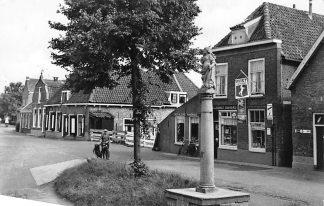 Ansichtkaart Hekendorp De Schandpaal met het Kleine Warenhuis Bakkerij en sigarenwinkel 1961 Oudewater Haastrecht HC1108