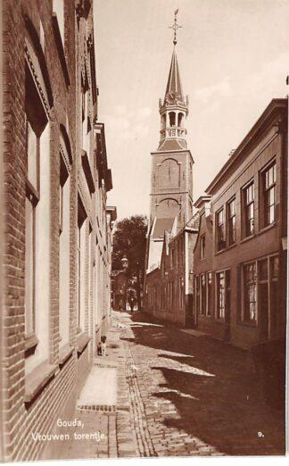 Ansichtkaart Gouda Vrouwesteeg met verdwenen woningen Vrouwetoren voor 1940 Type fotokaart HC211