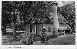 Ansichtkaart Veluws Dorpsleven Vrouw in klederdracht bij boerderij Harderwijk 1939 HC234