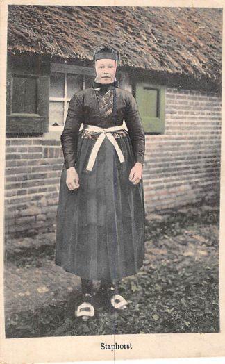 Ansichtkaart Staphorst Boerin in klederdracht 1927 HC363