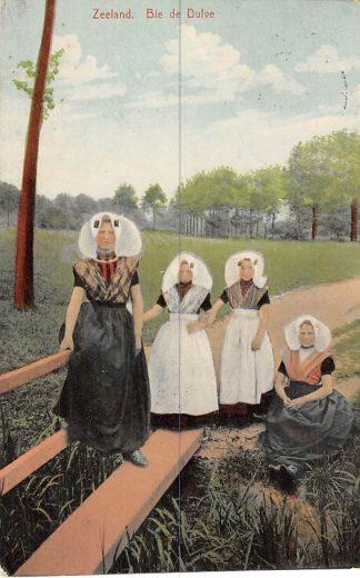 Ansichtkaart Middelburg Zeeland Bie de Dulve Meisjes in klederdracht 1910 HC365