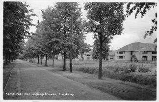 Ansichtkaart Harskamp Kampstraat met Logiesgebouwen Militair Soldaten 1940 HC384
