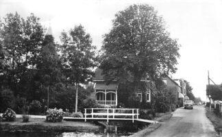 Ansichtkaart Reeuwijk Sluipwijk 's-Gravenbroekseweg met kerk en autoHC388