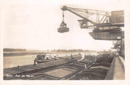 Ansichtkaart Stein Maas Aan de Haven Kraan met binnenvaart schepen Limburg 1950 HC54
