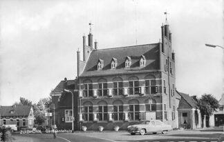 Ansichtkaart Zuidhorn Gemeentehuis met auto 1964 HC640