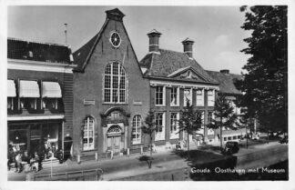 Ansichtkaart Gouda Oosthaven met Museum en Waalse Kerk 1955 HC744