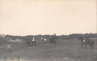 Ansichtkaart Scheveningen Den Haag Fotokaart Ruiters te paard in de duinen Prinses Juliana 1920 HC754