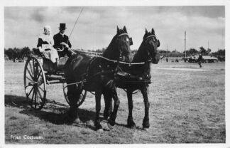 Ansichtkaart Fries Costuum Koets met paarden Klederdracht Friesland Leeuwarden HC77