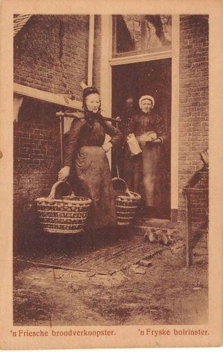 Ansichtkaart Heerenveen 'n Friesche broodverkoopster 'n Fryske bolrinster Klederdracht HC778