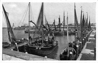 Ansichtkaart Stavoren Vissers haven met schepen ST. 10 en 50 en Wor. 32 en 39 Workum HC797