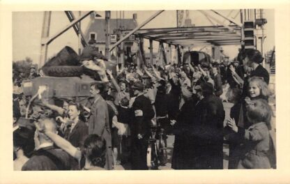 Ansichtkaart Boskoop Fotokaart (2) Bevrijding mei 1945 Soldaten in voertuigen op de brug Militair HC816