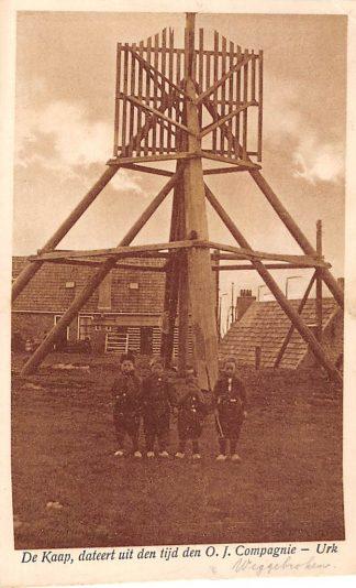 Ansichtkaart Urk De Kaap, dateert uit den tijd den O.I. Compagnie 1925 klederdracht HC934