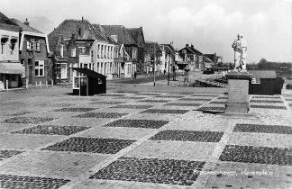 Ansichtkaart Brouwershaven Havenplein met monument 1965 HC979