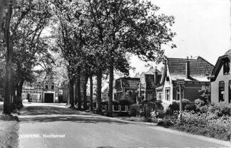 Ansichtkaart Zuidhorn Hoofdstraat met bus halte G.A.D.O. HC997