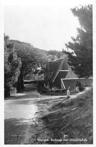 Ansichtkaart Vlieland Badweg met Diaconiehuis 1950 HC1871