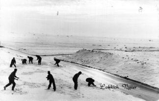 Ansichtkaart Friesland Onbekend Winter Jongens sneeuwballen in de sneeuw Lokkich Nijier HC1941