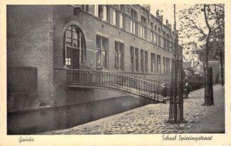 Ansichtkaart Gouda Spieringstraat met R.K. St. Aloysius school HC2075
