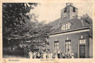 Ansichtkaart Benthuizen Ned. Hervormde Kerk met kinderen HC2152