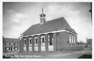 Ansichtkaart Bruinisse Ned. Hervormde Kerk en Pastorie 1953 HC2224