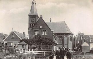 Ansichtkaart Marken Kerk met kerkgangers klederdracht HC2706