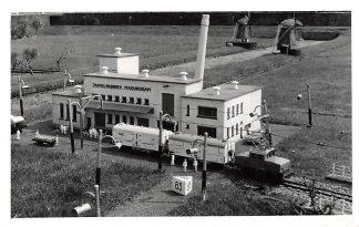 Ansichtkaart 's-Gravenhage Fotokaart Madurodam Zuivelfabriek met trein Spoorwegen Molens Den HaagHC2817