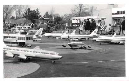 Ansichtkaart 's-Gravenhage Fotokaart Madurodam Vliegveld met vliegtuigen Den Haag HC2820