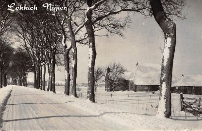 """Ansichtkaart """"Broek"""" onder Akkerwoude Boerderij in de sneeuw 1956 Lokkich Nijjier HC2847"""