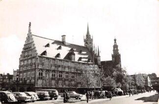 Ansichtkaart Gouda Markt met Stadhuis en Auto's 1964 HC3088