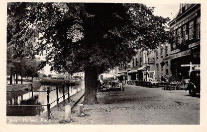 Ansichtkaart Sluis (ZL) Kade met auto en Hotel 't Hof van Holland HC3269