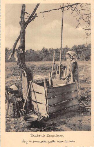 Ansichtkaart Noord-Brabant Dorpsleven Nog 'n emmerke putte veur de was Klederdracht 1938 HC3475
