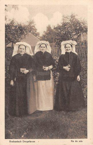 Ansichtkaart Noord-Brabant Dorpsleven Na de mis 1918 Boerinnen in klederdracht HC3520
