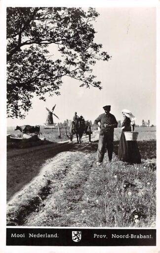 Ansichtkaart Noord-Brabant Dorpsleven Mooi Nederland Op de landweg Molen Paard en wagen 1954 Klederdracht HC3572