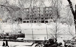 Ansichtkaart Groningen Ubbo Emmiussingel Flat Heeredwinger winter sneeuw en ijs Binnenvaart schepen 1963 HC3850