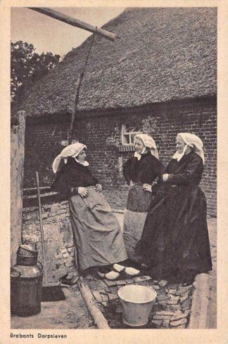 Ansichtkaart Noord-Brabant Dorpsleven Buurpraatje Boerinnen Klederdracht HC4163