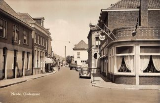 Ansichtkaart Neede Oudestraat auto 1957 HC4199