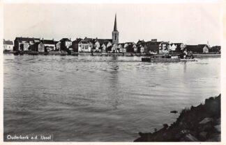 Ansichtkaart Ouderkerk aan den IJssel Dorp en IJssel met sleepboot en bak Binnenvaart schepen HC4216