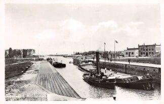 Ansichtkaart Hansweert Midden sluis met sleepboot en binnenvaart schepen 1956 HC4258