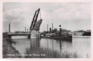 Ansichtkaart Halfweg - Zwanenburg De Nieuwe Brug met Stoom sleepboot Binnenvaart schepen 1955 HC4279