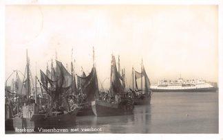 Ansichtkaart Breskens Vissershaven met Veerboot Vissers schepen Br7 1954  Scheepvaart Veerpont HC4310