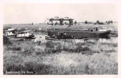 Ansichtkaart Roermond De Stuw 1952 Binnenvaart schepen sleepboot Sluis HC4370