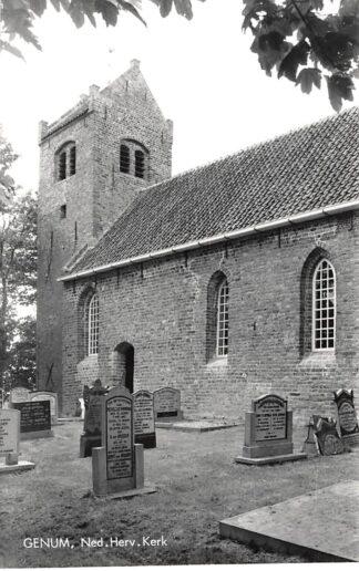 Ansichtkaart Genum Ned. Hervormde Kerk met begraafplaats Ferwerderadeel HC4421