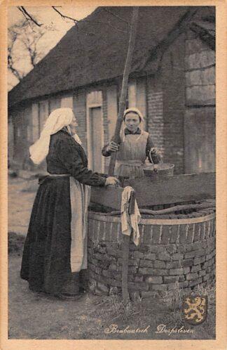 Ansichtkaart Noord-Brabant Brabantsch Dorpsleven Vrouwen aan de put Klederdracht HC4432