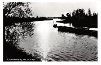 Ansichtkaart Leerdam Avondstemming op de Linge Binnenvaart schepen Scheepvaart HC4449