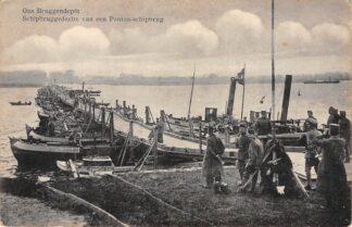 Ansichtkaart Dordrecht Militair Ons Bruggendepot Schipbruggedeelte van een Ponton-schipbrug Sleepboot Binnenvaart schepen Scheepvaart HC4454