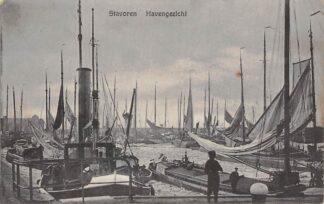 Ansichtkaart Stavoren Haven gezicht met vissersschepen binnenvaart schepen sleepboot scheepvaart HC4500