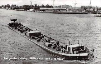 Ansichtkaart Alblasserdam Het geladen tankschip Brittannia vaart in de Noord PHs. van Ommeren Rotterdam 1964 Scheepvaart Binnenvaart schepen HC4507