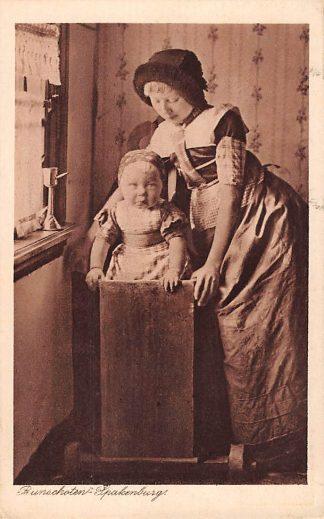 Ansichtkaart Bunschoten - Spakenburg Meisje en kind in de kinderstoel Klederdracht Reclame Molenlucifers Eindhoven HC4585