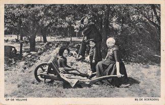 Ansichtkaart Uddel 1947 Op de Veluwe Bij de Boerderij Klederdracht HC4631